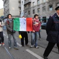 Foto Nicoloro G. Milano 14/12/2010 Corteo degli studenti contro il governo Berlusconi e la riforma Gelmini. Forte tensione con le forze dell' ordine. nella foto Manifestanti con bandiera italiana ad uso vignetta