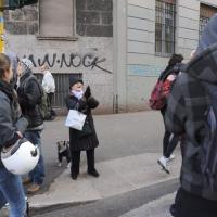 Foto Nicoloro G. Milano 14/12/2010 Corteo degli studenti contro il governo Berlusconi e la riforma Gelmini. Forte tensione con le forze dell' ordine. nella foto Un'anziana signora applaude al passaggio del corteo di studenti