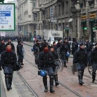 Foto Nicoloro G. Milano 14/12/2010 Corteo degli studenti contro il governo Berlusconi e la riforma Gelmini. Forte tensione con le forze dell' ordine. nella foto Drappello di poliziotti