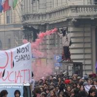 Foto Nicoloro G. Milano 14/12/2010 Corteo degli studenti contro il governo Berlusconi e la riforma Gelmini. Forte tensione con le forze dell' ordine. nella foto Manifestanti con striscione e fumogeni