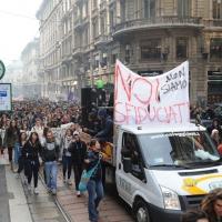 Foto Nicoloro G. Milano 14/12/2010 Corteo degli studenti contro il governo Berlusconi e la riforma Gelmini. Forte tensione con le forze dell' ordine. nella foto Manifestanti con striscione