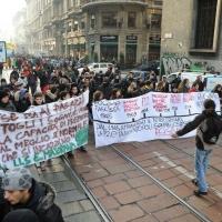 Foto Nicoloro G. Milano 14/12/2010 Corteo degli studenti contro il governo Berlusconi e la riforma Gelmini. Forte tensione con le forze dell' ordine. nella foto Manifestanti con striscioni