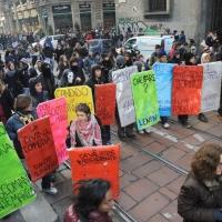 NFoto Nicoloro G. Milano 14/12/2010 Corteo degli studenti contro il governo Berlusconi e la riforma Gelmini. Forte tensione con le forze dell' ordine. nella foto Manifestanti con cartelli
