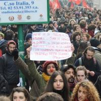 Foto Nicoloro G. Milano 14/12/2010 Corteo degli studenti contro il governo Berlusconi e la riforma Gelmini. Forte tensione con le forze dell' ordine. nella foto Manifestanti con cartello