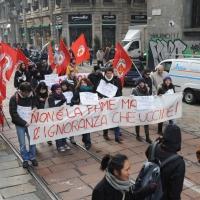 Foto Nicoloro G. Milano 14/12/2010 Corteo degli studenti contro il governo Berlusconi e la riforma Gelmini. Forte tensione con le forze dell' ordine. nella foto Manifestanti con striscione e bandiere