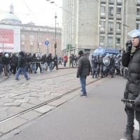 Foto Nicoloro G. Milano 14/12/2010 Corteo degli studenti contro il governo Berlusconi e la riforma Gelmini. Forte tensione con le forze dell' ordine. nella foto Forze del' ordine e manifestanti si fronteggiano vicino piazza Missori