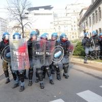 Foto Nicoloro G. Milano 14/12/2010 Corteo degli studenti contro il governo Berlusconi e la riforma Gelmini. Forte tensione con le forze dell' ordine. nella foto Un drappello di poliziotti fatto oggetto di lanci di uova, sassi e vernice