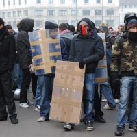 Foto Nicoloro G. Milano 14/12/2010 Corteo degli studenti contro il governo Berlusconi e la riforma Gelmini. Forte tensione con le forze dell' ordine. nella foto Manifestanti con rudimentali scudi e sciarpe