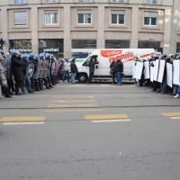 Foto Nicoloro G. Milano 14/12/2010 Corteo degli studenti contro il governo Berlusconi e la riforma Gelmini. Forte tensione con le forze dell' ordine. nella foto Forze del' ordine e manifestanti si fronteggiano vicino piazza Fontana
