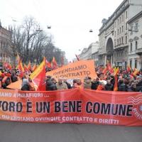 Foto Nicoloro G. 28/01/2011 Milano Corteo dei metalmeccanici per lo sciopero nazionale della Fiom. nella foto Manifestanti con  un grande striscione