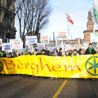 Foto Nicoloro G. 22/01/2012 Milano Manifestazione con corteo della Lega Nord contro il governo Monti. nella foto Manifestanti con striscione e cartelli lungo il corteo