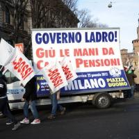 Foto Nicoloro G. 22/01/2012 Milano Manifestazione con corteo della Lega Nord contro il governo Monti. nella foto Manifestanti con cartellone lungo il corteo