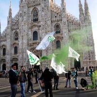Foto Nicoloro G. 22/01/2012 Milano Manifestazione con corteo della Lega Nord contro il governo Monti. nella foto Manifestanti con bandiere e fumogeni in Piazza del Duomo