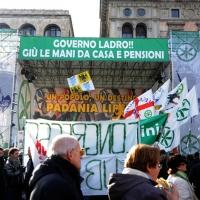 Foto Nicoloro G. 22/01/2012 Milano Manifestazione con corteo della Lega Nord contro il governo Monti. nella foto Manifestanti, bandiere e cartelli in Piazza del Duomo