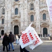 """Foto Nicoloro G. 22/01/2012 Milano Manifestazione con corteo della Lega Nord contro il governo Monti. nella foto Bandiere """"pro Bossi"""""""