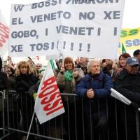 Foto Nicoloro G. 22/01/2012 Milano Manifestazione con corteo della Lega Nord contro il governo Monti. nella foto Manifestanti con un grande cartello