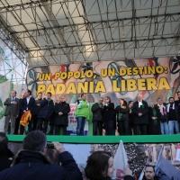 Foto Nicoloro G. 22/01/2012 Milano Manifestazione con corteo della Lega Nord contro il governo Monti. nella foto Tutto lo stato maggiore della Lega intorno a Bossi