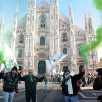Foto Nicoloro G. 22/01/2012 Milano Manifestazione con corteo della Lega Nord contro il governo Monti. nella foto Manifestanti con fumogeni in piazza del Duomo