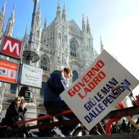 Foto Nicoloro G. 22/01/2012 Milano Manifestazione con corteo della Lega Nord contro il governo Monti. nella foto Manifestanti con cartello