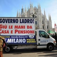 Foto Nicoloro G. 22/01/2012 Milano Manifestazione con corteo della Lega Nord contro il governo Monti. nella foto Cartellone in Piazza del Duomo