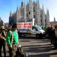 Foto Nicoloro G. 22/01/2012 Milano Manifestazione con corteo della Lega Nord contro il governo Monti. nella foto Manifestanti e cartellone in Piazza del Duomo