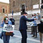 Foto Nicoloro G.   02/06/2020   Faenza ( Ra)   Nella giornata della Festa della Repubblica i partiti dell' opposizione promuovono un flash mob di protesta contro il governo ' Per l' Italia che vuole ripartire in sicurezza '. nella foto il segretario della Lega Romagna Jacopo Morrone distribuisce cartelli di protesta.