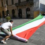 Foto Nicoloro G.   02/06/2020   Faenza ( Ra)   Nella giornata della Festa della Repubblica i partiti dell' opposizione promuovono un flash mob di protesta contro il governo ' Per l' Italia che vuole ripartire in sicurezza '. nella foto viene svolto un lungo tricolore.