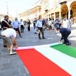 Foto Nicoloro G.   02/06/2020   Faenza ( Ra)   Nella giornata della Festa della Repubblica i partiti dell' opposizione promuovono un flash mob di protesta contro il governo ' Per l' Italia che vuole ripartire in sicurezza '. nella foto il segretario della Lega Romagna Jacopo Morrone, a destra, aiuta a svolgere il lungo tricolore.