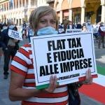 Foto Nicoloro G.   02/06/2020   Faenza ( Ra)   Nella giornata della Festa della Repubblica i partiti dell' opposizione promuovono un flash mob di protesta contro il governo ' Per l' Italia che vuole ripartire in sicurezza '. nella foto una dimostrante con cartello.