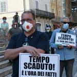 Foto Nicoloro G.   02/06/2020   Faenza ( Ra)   Nella giornata della Festa della Repubblica i partiti dell' opposizione promuovono un flash mob di protesta contro il governo ' Per l' Italia che vuole ripartire in sicurezza '. nella foto un dimostrante con cartello.