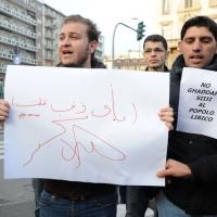 Foto Nicoloro G. 04/03/2011 Milano Manifestazione in piazza Loreto con corteo di un centinaio di immigrati libici contro il regime di Gheddafi a cui hanno partecipato anche immigrati tunisini ed egiziani. nella foto Manifestanti con cartelli