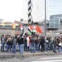 Foto Nicoloro G. 04/03/2011 Milano Manifestazione in piazza Loreto con corteo di un centinaio di immigrati libici contro il regime di Gheddafi a cui hanno partecipato anche immigrati tunisini ed egiziani. nella foto Folto gruppo di manifestanti con bandiere e cartelli