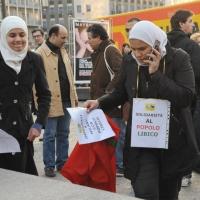Foto Nicoloro G. 04/03/2011 Milano Manifestazione in piazza Loreto con corteo di un centinaio di immigrati libici contro il regime di Gheddafi a cui hanno partecipato anche immigrati tunisini ed egiziani. nella foto Donne manifestanti con cartelli