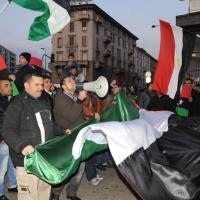 Foto Nicoloro G. 04/03/2011 Milano Manifestazione in piazza Loreto con corteo di un centinaio di immigrati libici contro il regime di Gheddafi a cui hanno partecipato anche immigrati tunisini ed egiziani. nella foto Manifestanti con altoparlante e bandiere