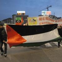 Foto Nicoloro G. 04/03/2011 Milano Manifestazione in piazza Loreto con corteo di un centinaio di immigrati libici contro il regime di Gheddafi a cui hanno partecipato anche immigrati tunisini ed egiziani. nella foto Manifestanti con una grande bandiera e un grande striscione