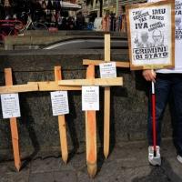 """Foto Nicoloro G. 11/03/2014  Milano   Manifestazione promossa dall' ALT, """" Associazione legge uguale per tutti """" contro Equitalia, al grido """" ci hanno ridotto in mutande """". nella foto alcuni cartelli."""