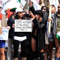 """Foto Nicoloro G. 11/03/2014  Milano   Manifestazione promossa dall' ALT, """" Associazione legge uguale per tutti """" contro Equitalia, al grido """" ci hanno ridotto in mutande """". nella foto alcuni manifestanti nel corteo di un centinaio di manifestanti in partenza da Porta Venezia."""