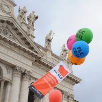 Foto Nicoloro G.  16/10/2010 Roma  Manifestazione nazionale Fiom-CGIL con cortei e comizio finale in piazza San Giovanni. nella foto Palloncini e striscione in piazza San Giovanni