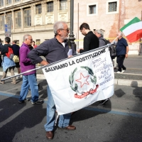 """Foto Nicoloro G. 12/10/2013 Roma Manifestazione nazionale in difesa della Costituzione, """" La via maestra """", organizzata dalla FIOM. nella foto Una bandiera"""