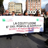"""Foto Nicoloro G. 12/10/2013 Roma Manifestazione nazionale in difesa della Costituzione, """" La via maestra """", organizzata dalla FIOM. nella foto Uno striscione"""