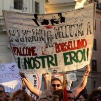 """Foto Nicoloro G. 12/10/2013 Roma Manifestazione nazionale in difesa della Costituzione, """" La via maestra """", organizzata dalla FIOM. nella foto Un cartello a ricordo di Falcone e Borsellino"""