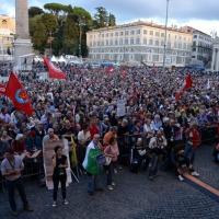 """Foto Nicoloro G. 12/10/2013 Roma Manifestazione nazionale in difesa della Costituzione, """" La via maestra """", organizzata dalla FIOM. nella foto La folla dei manifestanti"""