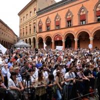 """Foto Nicoloro G. 02/06/2013 Bologna Manifestazione in difesa della Costituzione organizzata da """" Libertà e Giustizia """" dal titolo """" Non è cosa vostra """". nella foto Piazza gremita di manifestanti"""