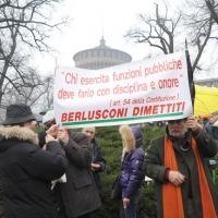 """Foto Nicoloro G. 13/02/2011 Milano Manifestazione delle donne """" Se non ora quando ? """" per la dignita' del soggetto donna e contro Berlusconi. nella foto Manifestanti con striscione in piazza Castello"""