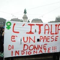 """Foto Nicoloro G. 13/02/2011 Milano Manifestazione delle donne """" Se non ora quando ? """" per la dignita' del soggetto donna e contro Berlusconi. nella foto Manifestanti con striscione di protesta"""