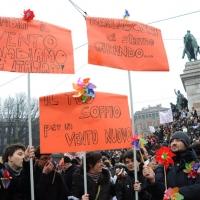 """Foto Nicoloro G. 13/02/2011 Milano Manifestazione delle donne """" Se non ora quando ? """" per la dignita' del soggetto donna e contro Berlusconi. nella foto Manifestanti con cartelli di protesta"""