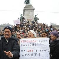 """Foto Nicoloro G. 13/02/2011 Milano Manifestazione delle donne """" Se non ora quando ? """" per la dignita' del soggetto donna e contro Berlusconi. nella foto Piazza Cairoli gremita all'inverosimile"""