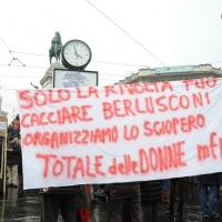 """Foto Nicoloro G. 13/02/2011 Milano Manifestazione delle donne """" Se non ora quando ? """" per la dignita' del soggetto donna e contro Berlusconi. nella foto Uno striscione di protesta"""