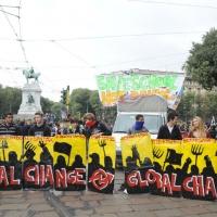 """Foto Nicoloro G. 14/10/2011 Milano Manifestazione con corteo dei collettivi studenteschi al grido """" Salviamo la scuola no le banche """". nella foto Lungo il corteo"""