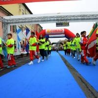 """Foto Nicoloro G.   09/11/2014   Ravenna    Sedicesima edizione della """" Maratona Internazionale Ravenna Città d Arte """". nella foto prima della partenza una sfilata di ragazzi con le bandiere dei molti stati che hanno partecipato alla maratona."""